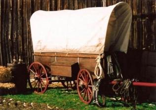 klassischer Planwagen im Wilden Westen
