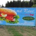 bedruckte Werbeplane an einem Bauzaungestell