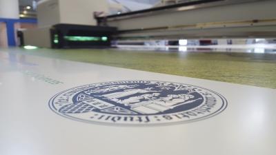 Firmenschilder für Universitäten